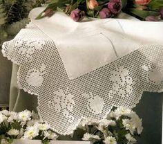 mantel con deshilado y borde tejido a crochet decoración para la mesa con aplicaciones al crochet OjoconelArte.cl |