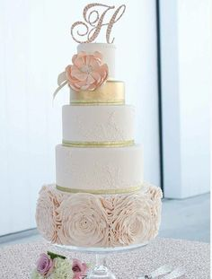 Hochzeitstorte rosa Blüten goldene Schleife Blumen