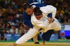 Chinese Yamping Yuan (L) fights with Usbek Kayinjon Alimova during the women Judo final at the Paralympic Games in Rio de Janeiro, Brazil on September 10, 2016. / AFP / CHRISTOPHE SIMON