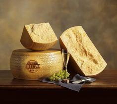 """GRANA PADANO DOP Il termine """"GRANA"""" è nato originariamente per indicare un formaggio caratterizzato dalla struttura granulare della pasta prodotto nella Valle Padana fin dall'undicesimo secolo. Il progressivo diffondersi di tale apprezzato formaggio causò l'affermarsi di alcune varietà di GRANA , che furono tuttavia poi unificate nel termine """"PADANO"""" quando ottenne la denominazione d'origine."""