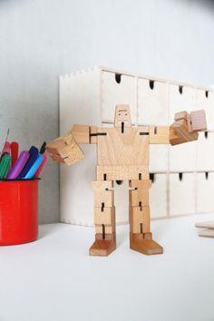 Hunajaista blogissa puinen robotti Design Boulevardita.  €designboulevard #hunajaistablogi #robotti #areaware