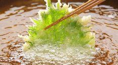 春野菜が美味しい季節。たらの芽やふきのとうに菜の花。天ぷらにすると美味しいですが、サクッと揚がらない、油っぽいなど、上手に作るのは結構難しいです。天ぷらの衣の材料には小麦粉を使うのがスタンダードですが、実は、これを米粉に替えるだけでサクッと美味しく作れるので、その方法を紹介します。天ぷらで失敗する大きな理由は、小麦粉に含まれる「グルテン」にあります。衣の材料を混ぜすぎたり、水がぬるいと、グル... Sushi Recipes, Asian Recipes, Diet Recipes, Cooking Tips, Cooking Recipes, Tasty, Yummy Food, Happy Foods, Japanese Food