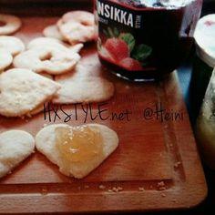 KOTI&LEIVONTA. Vinkki Viikonlopuksi &Ystävän päivään. TÄYTETYT KEKSIT Resepti BLOGISSA. Herkullisia. NOPEA&Helppo leipoa. HYMY @valio #leivonta #reseptit #vinkit #keksit #täytetytkeksit #omenahillo #hillot #ystävänpäivä #blogi#blogilates #tykkään ☺