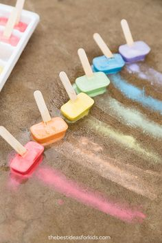 This sidewalk chalk ice is really fun to make! You only need water, cornstarch and sidewalk chalk to make your own ice painting cubes for outdoors! Ice Painting, Painting For Kids, Art For Kids, Crafts For Kids, Ice Chalk, Chalk Art, Childcare Activities, Sensory Activities, Kindergarten Activities