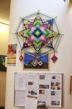 Como hacer Mandalas Ojos de Dios con Lanas <sub>Tutoriales</sub> - enrHedando God's Eye Craft, Dream Catcher Mandala, Mandala Yarn, Weaving Designs, Gods Eye, Indian Mandala, Circle Art, Asatru, Weaving Art