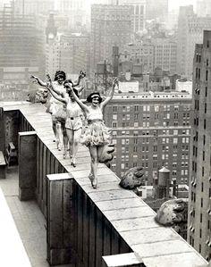 Les ballerines au sommet des gratte-ciels Il n'y a pas que les gymnastes qui prenaient de très gros risques. Les bzllerines aussi échauffaient leurs pointes sur les rebords des sommets des gratte-ciels new-yorkais.
