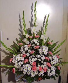 centro flores Altar Flowers, Church Flowers, Outdoor Flowers, Funeral Flowers, Wedding Flowers, Funeral Flower Arrangements, Modern Flower Arrangements, Altar Decorations, Flower Decorations