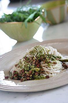 אטריות אורז מלא עם שעועית אזוקי מונבטת בקארי ירוק