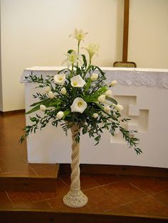 Arte Floreale per la Liturgia Valentine's Day Flower Arrangements, Altar Flowers, Ikebana Flower Arrangement, Church Flowers, Church Interior Design, Cottage Garden Design, Altar Decorations, White Wedding Flowers, Arte Floral