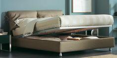 Design, materiali di alta qualità e funzionalità [Letto matrimoniale Nathalie by Vico Magistretti] #Beds #Bedroom #Letto #InteriorDesign #HomeDecor #Design #Arredamento #Furnishings #beige #Flou