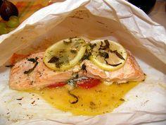 Конвертики с лососем, травами и ароматизированным маслом. 2 порции 2 кусочка филе красной рыбы (семга, лосось, кета) 2 томата среднего размера 4 кружочка лайма (лимона как у меня, пч лайма не нашлось в холодильнике) 1 зубчик чеснока 2 ст. ложки базилика (порезать жульен) 2 листа пергаментной бумаги, достаточного размера, чтобы завернуть рыбу