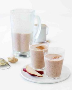 Pear, Oat, Cinnamon, and Ginger Shakes. Adding raw oats to this shake produces a pleasantly chewy texture while providing fiber, which helps keep cholesterol levels in check. I've made shakes like this using oat bran instead of whole rolled oats. Oat Smoothie, Ginger Smoothie, Breakfast Smoothie Recipes, Smoothie Drinks, Healthy Smoothies, Healthy Drinks, Healthy Food, Power Smoothie, Healthy Eating