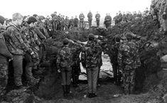 Soldados Britanicos enterrando a sus muertos despues de la batalla de Ganso Verde. Durante el conflicto del Atlantico Sur el Ejército Británico perdio a 123 soldados por su parte el Ejército Argentino perdio a 194.