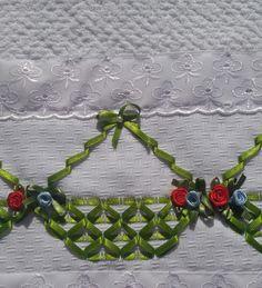 Pano de Copa Felpudo Jacquard Döhler, Cor branca, Barra de broderi com passa fita, Bordado à mão com fita verde clara, Detalhes de flores feito com fita.