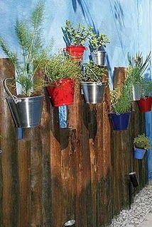 qualquer baldinho ou lata pode se transformar em vasos ou cachepôs