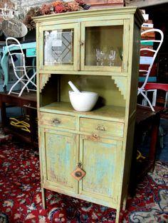 Antiguo Mueble de Chacra. Encontrara valor en www.unviejoalmacen.com.ar