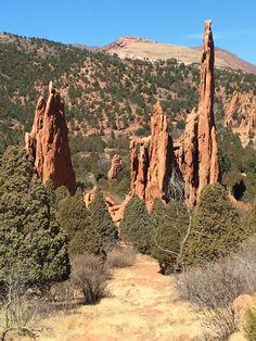Garden of the Gods är en park just utanför Colorado Springs Här finns stora klippformationer i röd sandsten. Namnet Colorado (ursprungligen spanska och betyder färgad)sägs härstamma från färgen på…