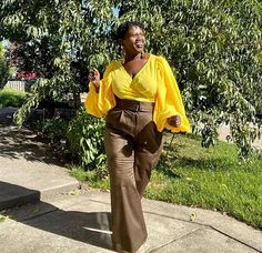 Georgette wears a bright yellow top and beige pants | 40plusstyle.com