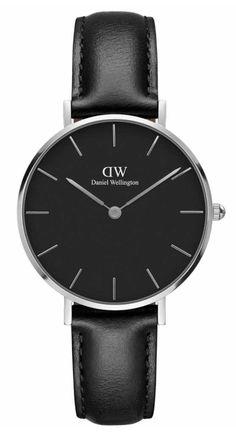 Daniel Wellington Horloge 'Petit Sheffield' black/silver 32 mm DW00100180. Prachtig vormgegeven horloge met een ultradunne kast van slechts 6 mm. De zilverkleurige kast heeft een doorsnee van 32 mm en is voorzien van een mooie zwarte wijzerplaat. Dit model heeft een zwarte lederen horlogeband voorzien van een gespsluiting. https://www.timefortrends.nl/horloges/daniel-wellington/dames.html