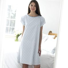 Like this more fited hospital gown the lenth is good beause its covering the legs, but in reality the gown would be baggy and not fited so this might be somthing that i moht not go with