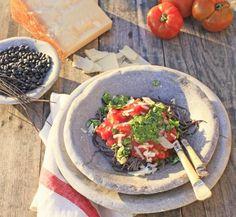 Velsmagende pasta lavet på sorte bønner er en genial opfindelse. Suppler pasta af sorte bønner med tomatsauce, parmesanost samt en god pesto