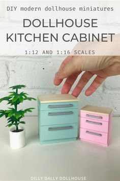 Doll House Crafts, My Doll House, Barbie Doll House, Doll Houses, Dollhouse Design, Modern Dollhouse, Dollhouse Miniatures, Miniature Kitchen, Miniature Crafts