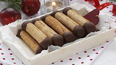 I stedet for å steke en tradisjonell kransekake kan du lage små stenger som dyppes i sjokolade og hakkede nøtter. Kransekakestengene er supre å gi bort som spiselige julegaver eller du kan legge dem i fryseren og ta opp etter behov.