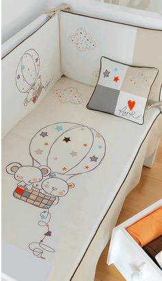 Edredón de cuna desenfundable + protector desenfundable + Cojín Globo Beige, t. Baby Sheets, Cot Sheets, Quilt Baby, Baby Design, Brother Innovis, Hand Painted Fabric, Baby Embroidery, Baby Nest, Baby Bibs