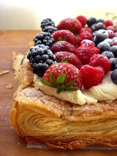 Berry Spring Tart- puff pastry, mascarpone cheese, a vanilla bean, caster sugar and fresh berries. Köstliche Desserts, Delicious Desserts, Dessert Recipes, Yummy Food, Dessert Ideas, Plated Desserts, Pastry Recipes, Cooking Recipes, Berry Tart