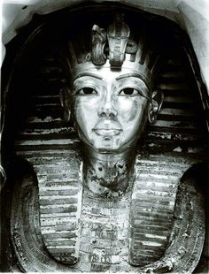One of the first photos of the gold mask of Tutankhamun.