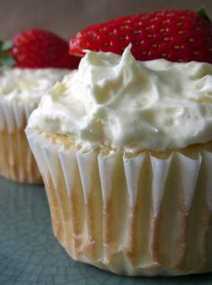 These FAT FREE Skinny Mom, Skinny Strawberry Angel Food Cupcakes are sure to leave you refreshed on a summer day! A light dessert so you can stay fit while eating a cupcake in your bikini! Healthy Desserts, Just Desserts, Delicious Desserts, Yummy Food, Tasty, Healthy Cupcakes, Easter Desserts, Healthy Recipes, Skinny Recipes