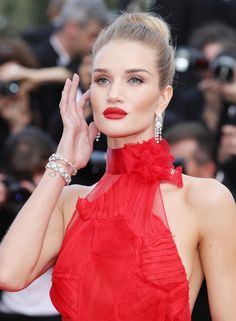 Rosie Huntington-Whiteley en boucles d'oreilles en diamants Chanel joaillerie