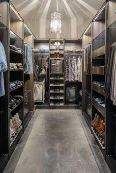 В оформлении гардеробной старайтесь использовать все пространство. Высокие шкафы под потолок - лучший вариант