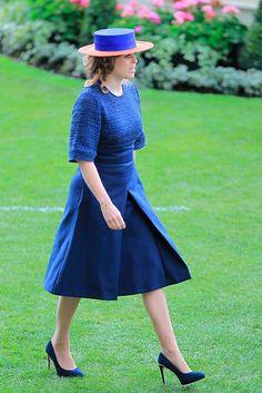 Princesa Beatriz de York Acto: Ascot 2016 (Reino Unido). Fecha: 16 de junio de 2016. 'Look': Beatriz de York lució un vestido 'azul noche' con manga francesa, que combinó con unos salones al tono y un sombrero bicolor.