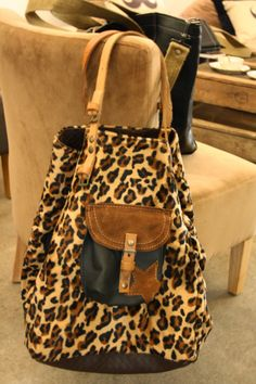 Vous avez dit LEOPARD Moi je dis POMPONETTE !!! Leather Purses, Leather Bag, Cowhide Bag, Leopard Bag, Diy Bags Purses, Patchwork Bags, Best Bags, Denim Bag, Cute Bags