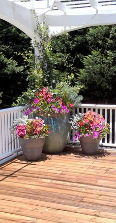 While once restricted to the porch or patio, planters have extended their reach. The popularity of container landscaping is growing as people realize the flexibility this attractive design can provide. Patio Plants, Outdoor Planters, Garden Planters, Outdoor Gardens, Potted Plants, Container Plants, Container Gardening, Spring Decoration, Large Flower Pots