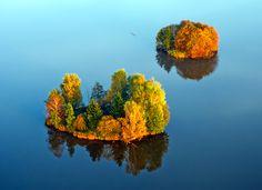 http://fotolotnia.pl/jesienny-koloryt/dwie-wyspy-na-stawie-jesien-z-lotu-ptaka.jpg