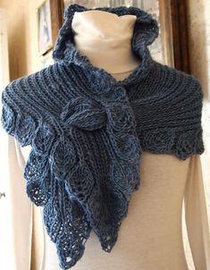 Красивый вариант шарфа для тех, кто любит экстравагантность! Вяжется спицами, мне удалось найти фотографию описания и такую схемку, интересно, может, кто-то из вязальщиц уже имел дело с таким изделием, знает особенности его создания.
