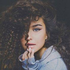 Brown Hair And Blue Eyes: Character Inspiration - Bild Girls, Character Inspiration, Hair Inspiration, Photographie Portrait Inspiration, Brown Curly Hair, Wavy Hair, Short Hair, Kinky Hair, Big Hair