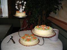Een bruidstaart op een standaard in de vorm van een Zwaan behoort zeker ook tot de mogelijkheden. Op de bruidstaart zie je lekkere marsepein rozen en een klassieke garnering er tussendoor. Cake, Desserts, Tailgate Desserts, Deserts, Food Cakes, Cakes, Postres, Dessert, Tart