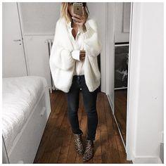 Chemise Blanche et gilet écru! C'est aussi l'association que j'avais choisi pour les photos dédiées à la chemise blanche et exposées actuellement à la @lavalleevillage ... Et je crois que c'est définitivement ma préférée du moment! Bonne soirée! Ps : d'ailleurs pas encore eu le temps de passer à l'exposition certaines y sont elles allées?  #lavalleevillage #thewhiteshirt #margauxlonnberg #junebrussels #raiineraiine #kureshop by audreylombard