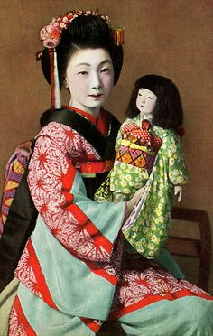 Maiko Fumi with an Ichimatsu Ningyo doll 1940 http://www.flickr.com/photos/blue_ruin_1/7642178036/