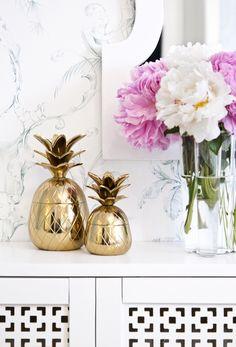 Wer noch keine Ananas Zuhause hat muss jetzt zuschlagen! Die goldene Ananas ist nicht nur Deko-Objekt sondern auch eine praktische Aufbewahrungsdose! Unser Tipp: Nutzt die Golden Pineapple doch als Kühler für Eure Sektflaschen auf der nächsten Party. Mit Eiswürfeln gefüllt wird die Ananas zum Eyecatcher auf dem Party-Buffet! Vases, Cylinder Vase, Flower Wall Decor, Flower Decorations, Table Decorations, Patio Wall Decor, Western Wall Decor, Gold Interior, Ceramic Wall Tiles