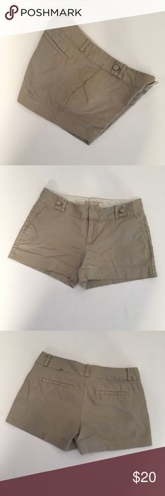 """Banana Republic Ryan Fit Shorts Sophisticated ladies size 6 Banana Republic Ryan Fit Khaki Shorts They look great with everything Dress them up or be as casual as you want to be Cute button detail on the front 4 pockets / 2 in front are real pockets and 2 in back are faux Button zip closure  97% Cotton & 3% spandex Waist 15.5 / 31"""" around Inseam 3"""" Length from top of Shorts to bottom of hem 11""""    EUC  Non smoking environment  No stains, snags or damage  Thanks , Molly M 1378 / W .50 Banana…"""