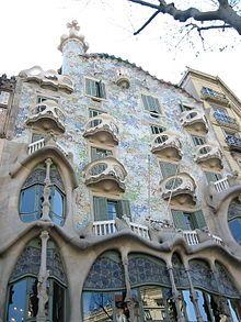 Modernismo (arquitectura). Fachada de la casa Batlló, Barcelona, de Antonio Gaudí.