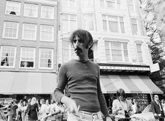 Musicus Frank Zappa voor boekhandel Atheneum op het Spui in 1970.