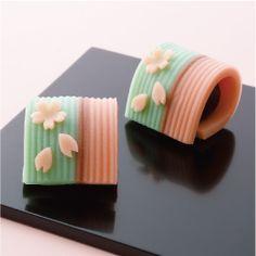 春みやび Haru miyabi - Spring elegance Japanese Sweets, Japanese Deserts, Japanese Wagashi, Japanese Candy, Japanese Dishes, Japanese Food, Mochi, Chocolates, Dessert Chef