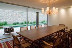 Casa de Tijolinho / Studio MK27 – Marcio Kogan. Mesa de jantar e poltronas Sergio Rodrigues, simplesmente perfeito.