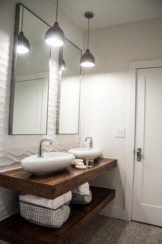 plan vasque salle de bain en bois avec rangement, paniers métalliques et carrelage mural en relief