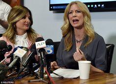 Wendy Walsh (derecha con la abogada Lisa Bloom), un habitual en su programa, junto con Andrea Tantaros, un ex presentador de Fox News, también acusó a los 67 años de edad, de comportamiento inapropiado